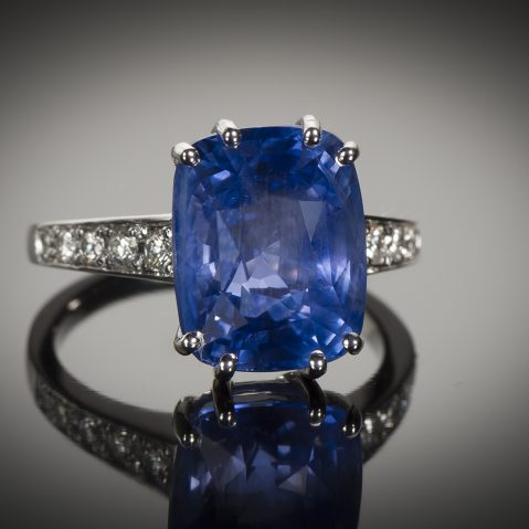 Bague saphir naturel bleu intense (9,55 carats – Certificat CGL) diamants