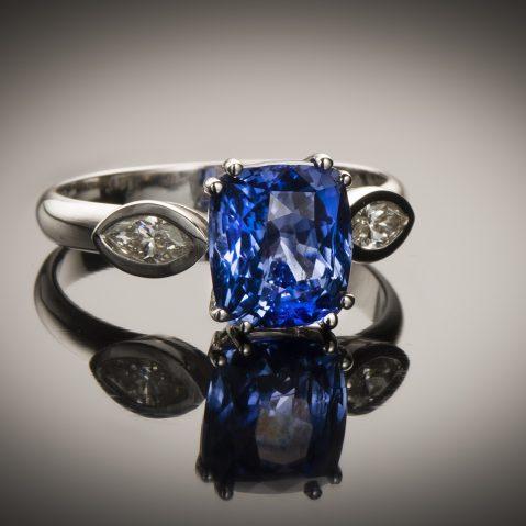 Bague saphir coussin naturel bleu intense (3,49 carats – Certificat CGL) diamants