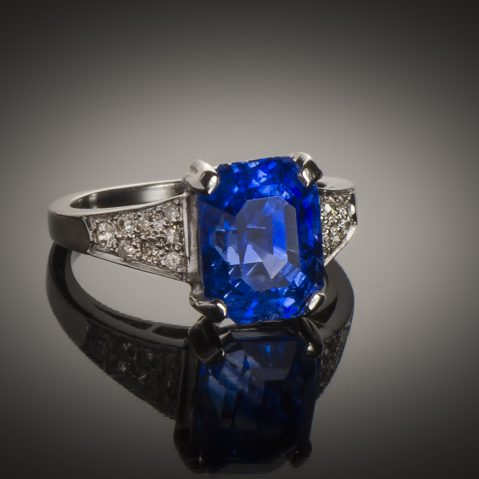 Bague saphir naturel bleu intense (5,74 carats – Certificat LFG) diamants