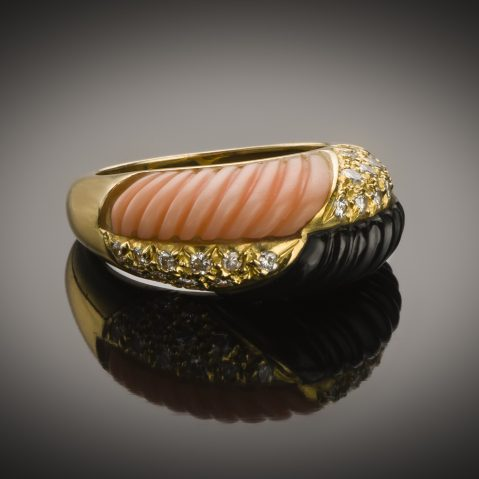Bague corail onyx diamants vers 1970