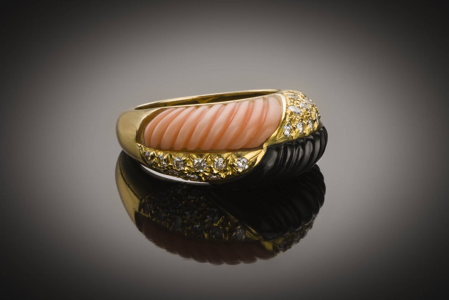 Bague corail onyx diamants vers 1970-1