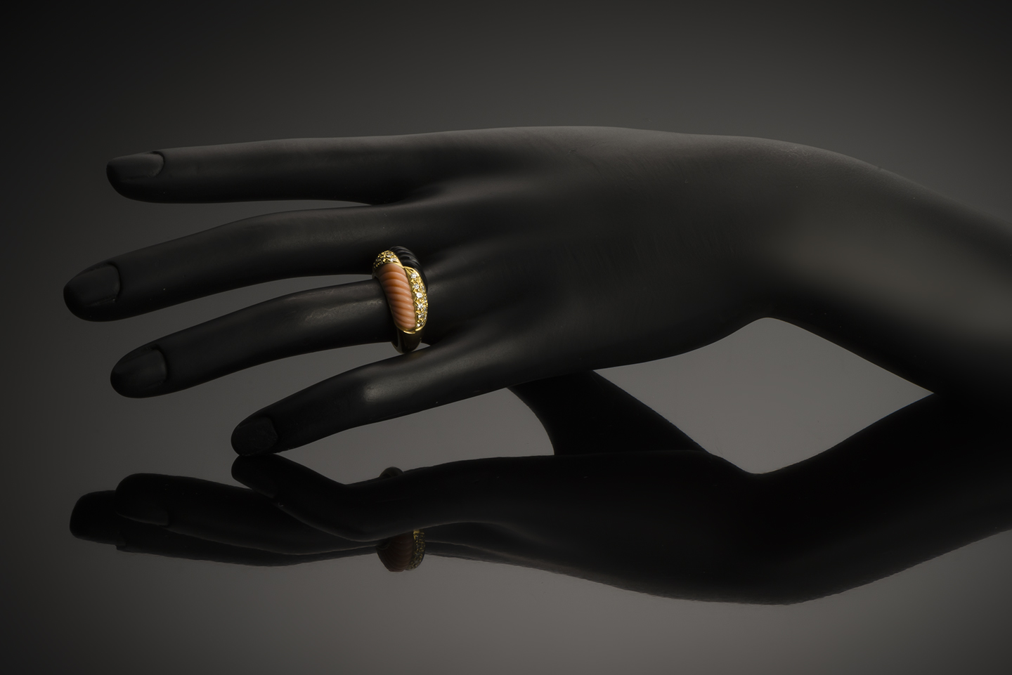 Bague corail onyx diamants vers 1970-2