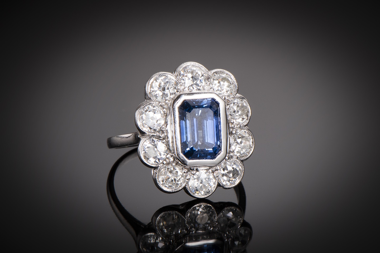 Bague Art Déco saphir bleu intense (3,50 carats, certificat CGL) diamants (1,80 carat)-1