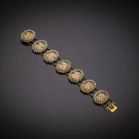 Bracelet vers 1840 formé de médaillons monogrammés en cheveux entourage perles fines