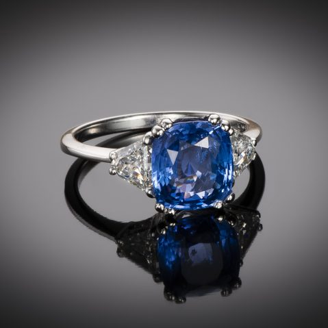 Bague saphir naturel bleu intense (3,78 carats – Certificat CGL) diamants triangle (1 carat)