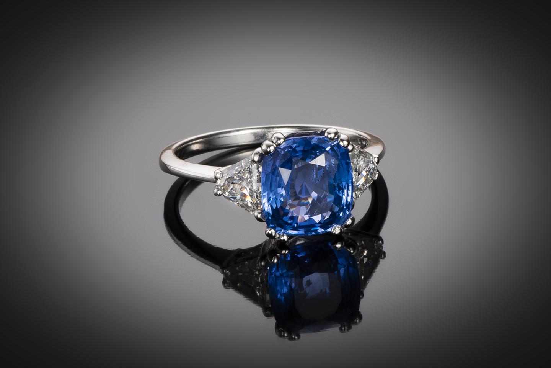 Bague saphir naturel bleu intense (3,78 carats – Certificat CGL) diamants triangle (1 carat)-1