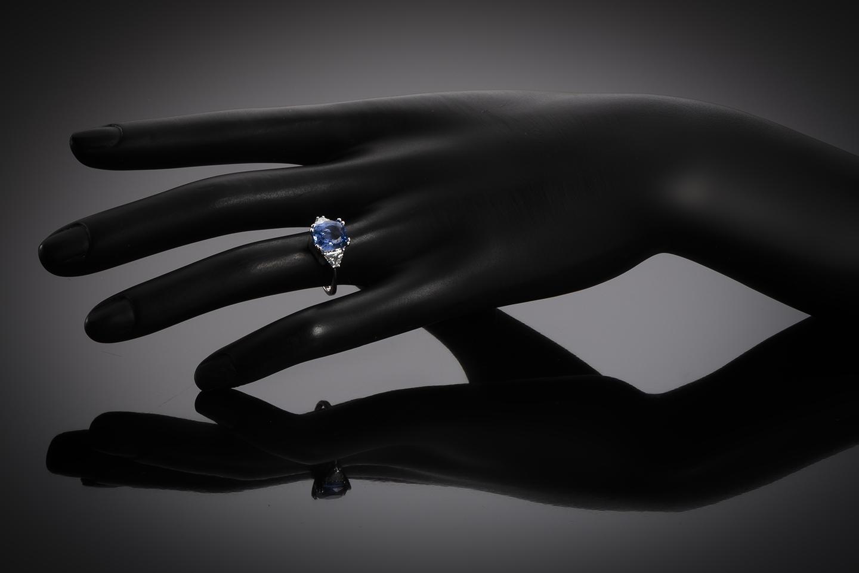 Bague saphir naturel bleu intense (3,78 carats – Certificat CGL) diamants triangle (1 carat)-2