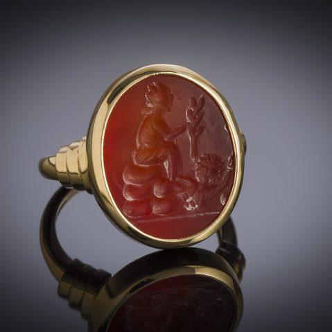 Bague intaille antique sur cornaline figurant Tychè-Fortuna