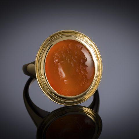 Bague intaille sur cornaline figurant un profil masculin à l'antique